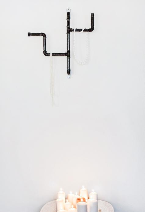 Ophæng i sorte vandrør af Birgitte Vosper
