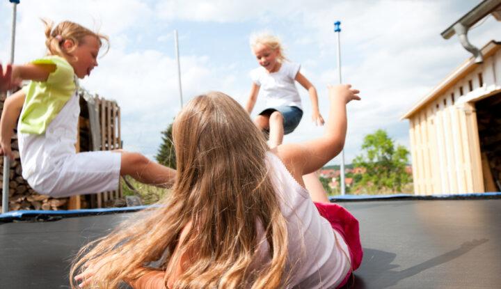 børn hopper